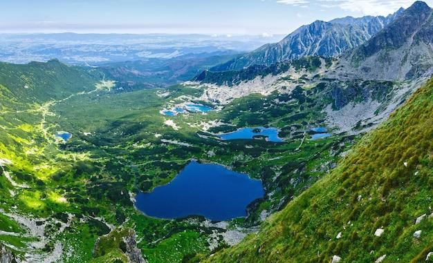 Letnia panorama tatr, polska, widok na dolinę gąsienicową i grupę jezior polodowcowych