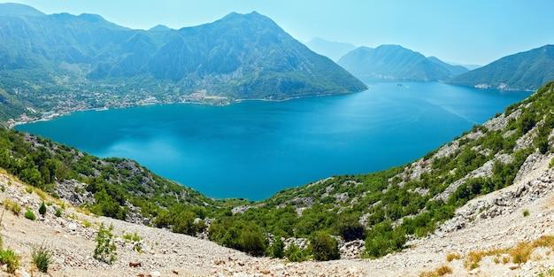 Letnia panorama zatoki kotorskiej (wybrzeże miasta perast, czarnogóra)