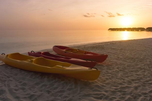 Letnia plaża egzotyczne bungalow tle