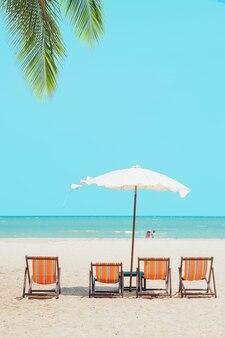 Letnia plaża morze puste krzesło parasol z błękitnym niebem oceanu do podróży natura tło pionowe ujęcie
