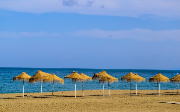 Letnia plaża w stylu vintage z parasolami