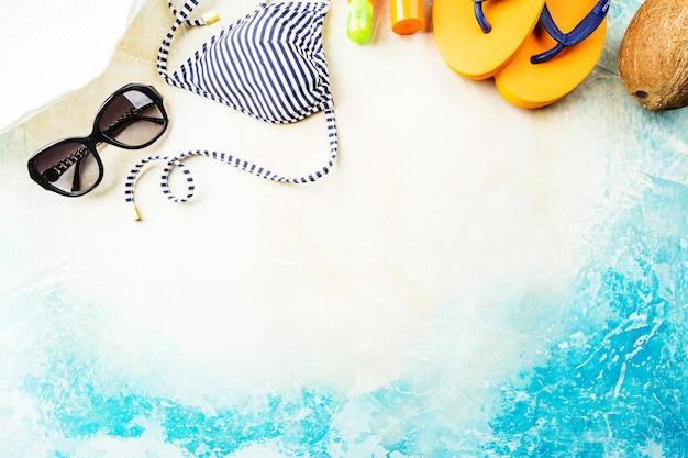 Letnia plaża, zestaw letnich akcesoriów do pływania i opalania na morzu, koncepcje wakacyjne