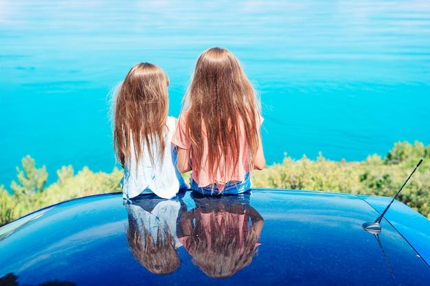 Letnia podróż samochodem i młoda rodzina na wakacjach