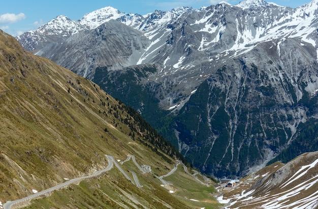 Letnia przełęcz stelvio ze śniegiem na zboczu góry i serpentynami (włochy)