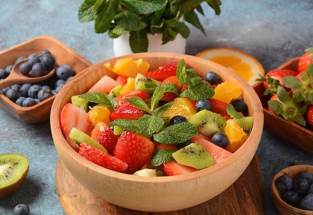 Letnia sałatka owocowa z pomarańczami, truskawkami, jagodami, kiwi i świeżą miętą