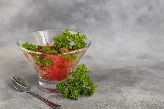 Letnia sałatka z grejpfrutem na jasnym tle z ziołami. izolować. skopiuj miejsce.