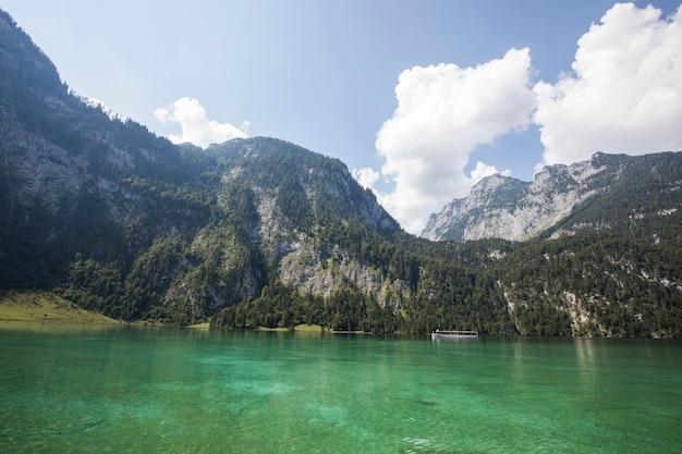 Letnia scena w jeziorze konigsee, bawaria, niemcy południowe. europa