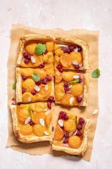 Letnia tarta z ciasta francuskiego z morelami i malinami