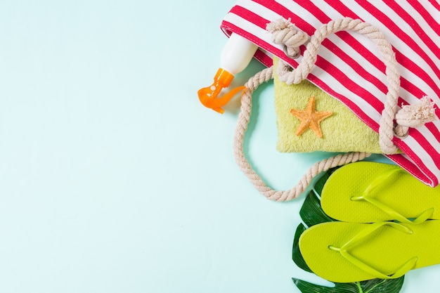 Letnia torba tło z miejsca na kopię. płaskie zdjęcie świeckich na stole kolorów, koncepcja podróży. wolne miejsce na tekst, makieta.