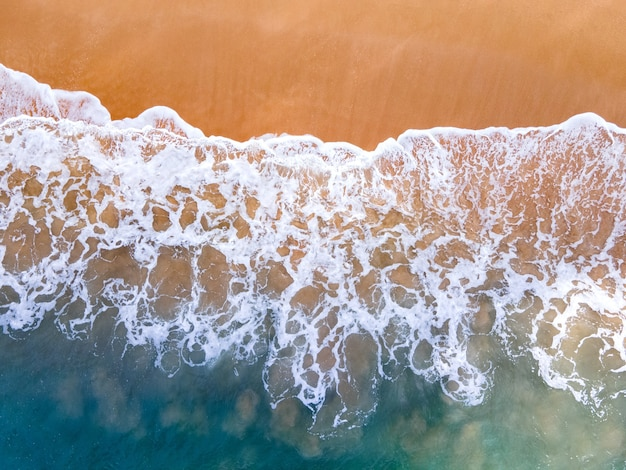 Letnia tropikalna plaża i fale.