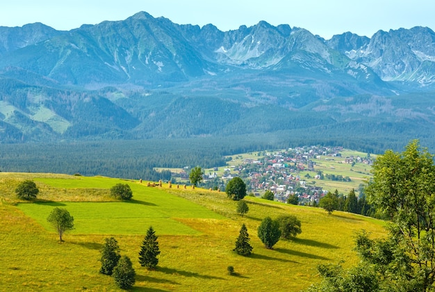 Letnia wieś górska i pasmo tatr za gliczarowem dolnym w dolinie