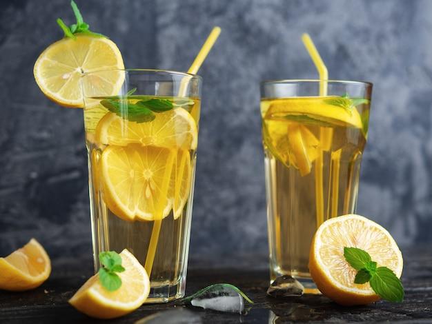 Letnia zimna domowej roboty herbata mojito z miętą, cytryną i lodem