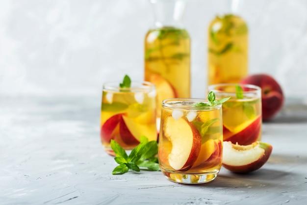 Letnia zimna herbata z brzoskwiniami i miętą