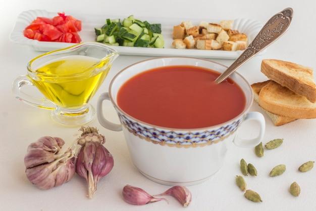 Letnia zimna zupa pomidorowa. zestaw produktów do gazpacho, białe tło