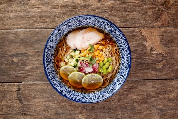 Letnia zimna zupa ramen z makaronem z kurczakiem