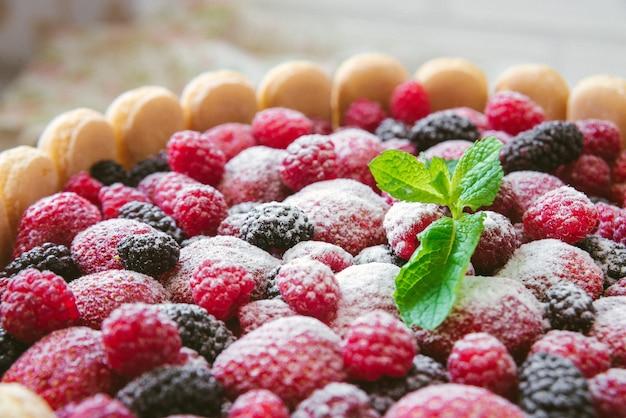 Letnie biszkopty nago targujące się z kremem z mascarpone i świeżymi jagodami na drewnianej powierzchni