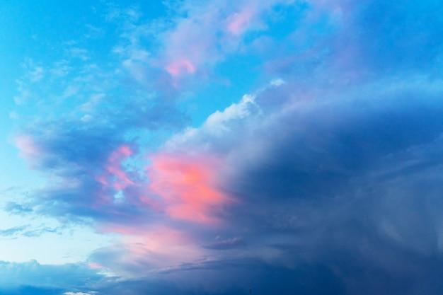 Letnie błękitne niebo z chmurą burzową. duże puszyste białe chmury.