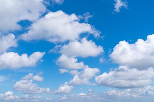 Letnie chmury z czystym niebem