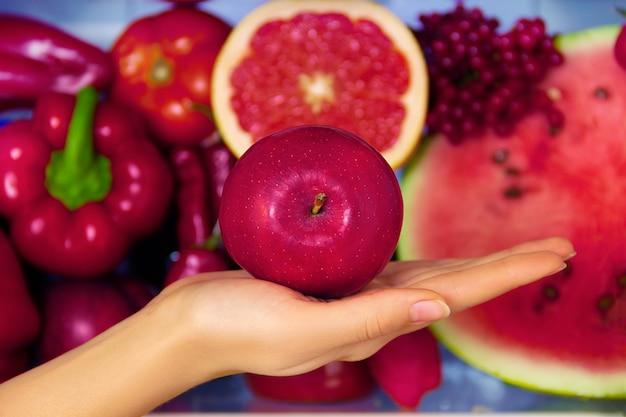 Letnie czerwone zdrowe organiczne przeciwutleniacz jabłko, warzywa warzywa i owoce: grejpfrut, pieprz pomidorowy, chili jako symbol zdrowego odżywiania, diety i stylu życia. lodówka wegańska. koncepcja wegetariańska i surowa