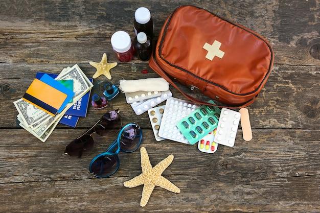Letnie damskie akcesoria plażowe na wakacje nad morzem i zestaw pierwszej pomocy