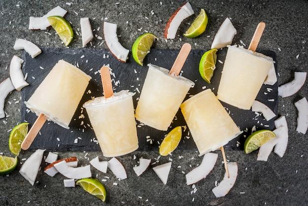 Letnie desery. wegańskie jedzenie dietetyczne. domowe popsicles lodów kokosowych i limonkowych