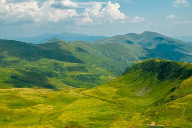 Letnie góry. łąki i szczyty. chmury rzucają cienie