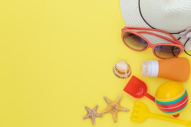 Letnie jasne tło z akcesoriami do odpoczynku kapelusz okulary przeciwsłoneczne i zabawki