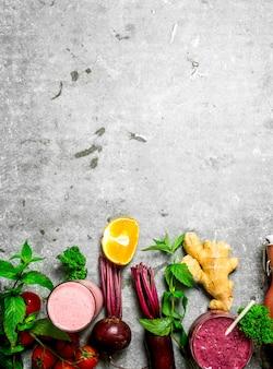 Letnie koktajle ze świeżymi warzywami i owocami. na tle rustykalnym.