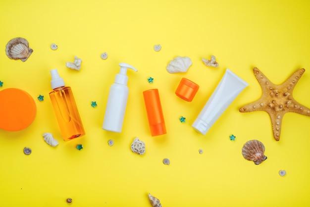 Letnie kosmetyki przeciwsłoneczne na wakacje z spf leżą w formie obramowania na baner
