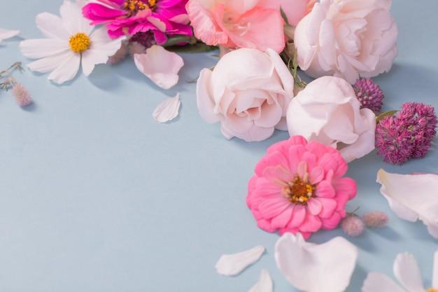 Letnie kwiaty na niebieskim tle papieru