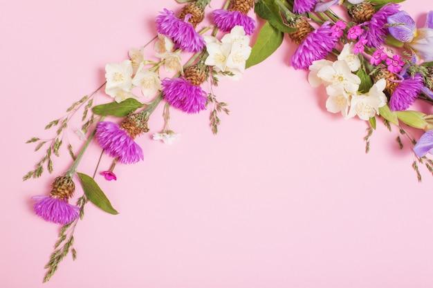 Letnie kwiaty na różowej powierzchni papieru