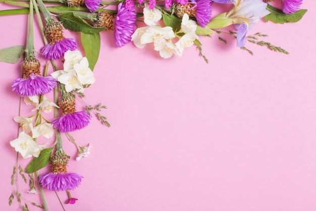 Letnie kwiaty na różowym papierze