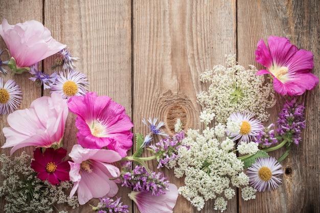 Letnie kwiaty na starym drewnianym