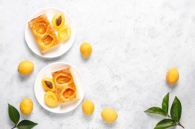 Letnie morelowe ciasto domowej roboty pyszny deser owocowy. tarta morelowa ciasto owocowe.