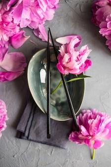 Letnie nakrycie stołu z piwonią