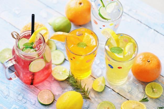 Letnie napoje orzeźwiające zimne napoje szklanki świeże owoce koktajl herbata mojito cytryna limonka pomarańcza