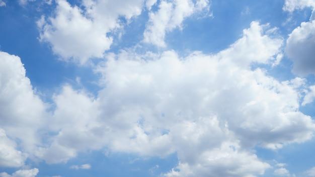 Letnie niebo jest jasnoniebieskie. przepływają przez nie chmury. poczuj się zrelaksowany, patrząc.