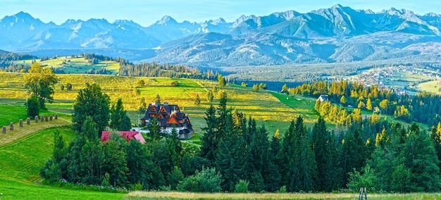 Letnie obrzeża wioski górskiej i pasmo tatr (gliczarów dolny w dolinie, polska)