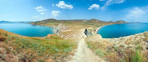 Letnie skaliste wybrzeże i kemping na piaszczystej plaży (tihaja bay (miasto koktebel po lewej), krym, ukraina). wszystkie narody i samochody są nie do poznania. pięć zdjęć ściegu.