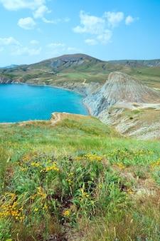 Letnie skaliste wybrzeże (zatoka koktebel, krym, ukraina).