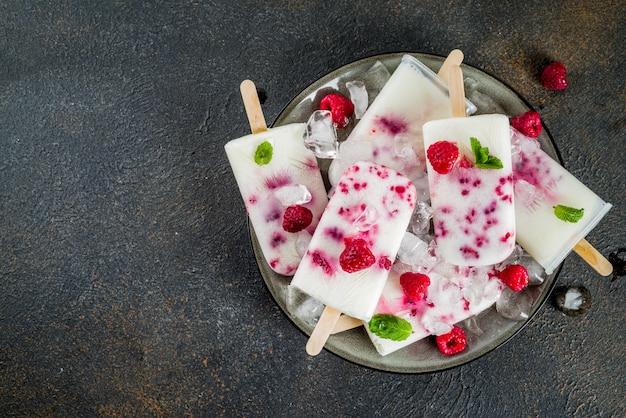 Letnie słodkie desery, domowe popsicles lodów ekologicznych