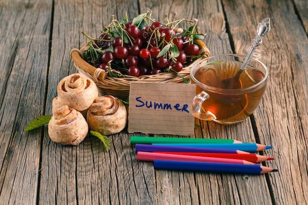 Letnie śniadanie z kolorowym ołówkiem