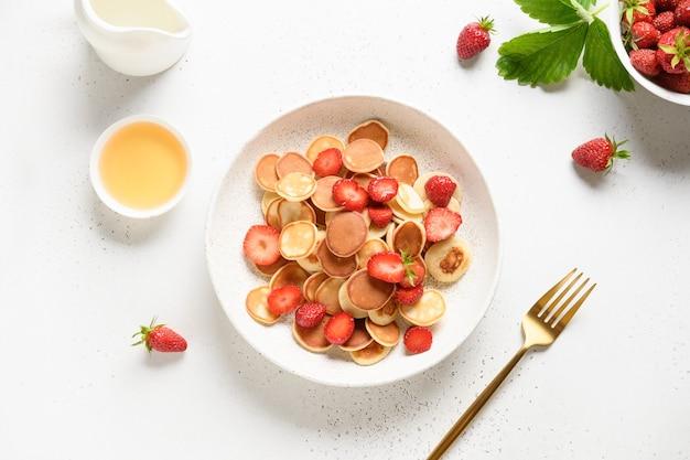 Letnie śniadanie z mini naleśnikami na białej powierzchni