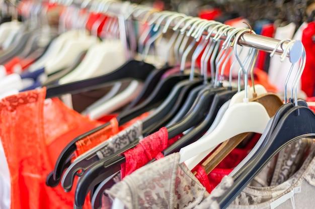 Letnie sukienki damskie w sklepie. zbliżenie z selektywną ostrością