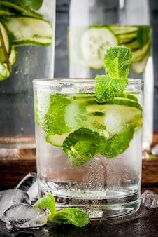 Letnie świeże napoje mrożone, mięta i ogórki w wodzie