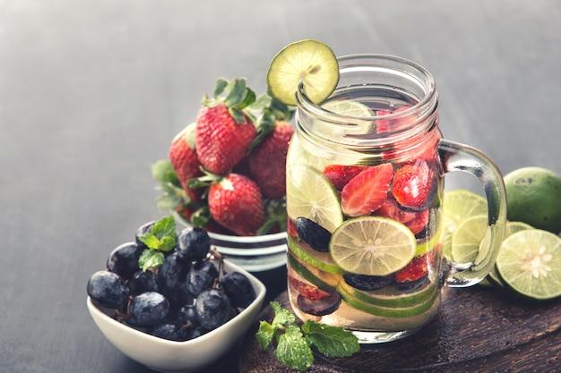 Letnie świeże owoce aromatyczna woda o smaku mieszanki truskawek, winogron i limonki