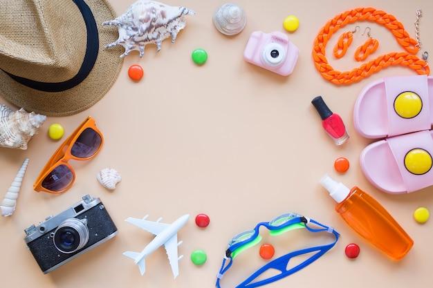 Letnie tło model samolotu aparat słońce kapelusz kapcie okulary pływackie