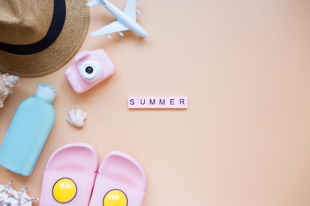 Letnie tło model samolotu aparat słoneczny kapelusz kapcie i krem na butelkę