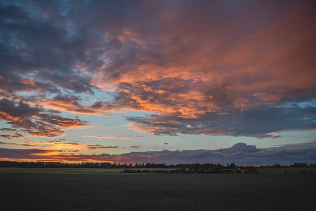 Letnie tło z pięknymi dramatycznymi kolorami wieczornego nieba o zachodzie słońca
