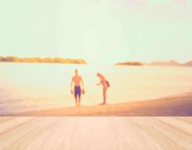 Letnie wakacje concept - perspektywa drewna i sylwetka ac